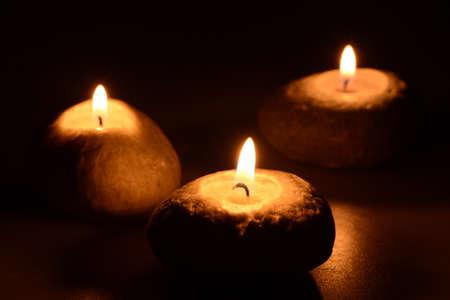 검은 색 바탕에 3 개의 촛불 스톡 콘텐츠