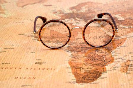 세계의지도에 안경 - 아프리카 스톡 콘텐츠