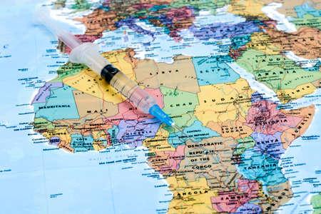 vacuna: jeringa en un mapa de áfrica