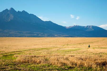 hombre disparando: hombre disparando montañas del Alto Tatra Foto de archivo