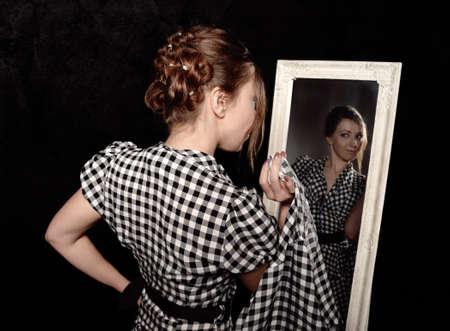 거울을보고 셔츠에 여자