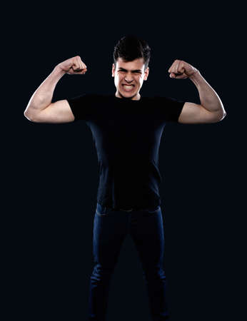 그의 근육을 보여주는 젊은 남자