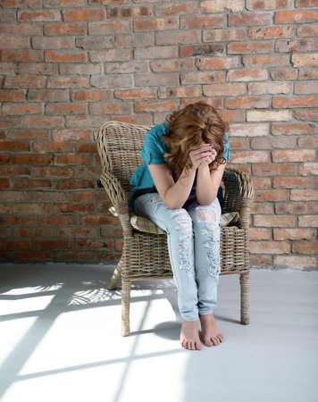 우울증에 의자에 앉아있는 여자