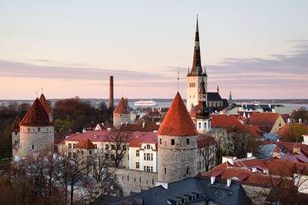 에스토니아의 중세 탈린 올드 타운을 통해 볼 수 있습니다. 스톡 콘텐츠