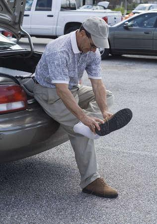 ゴルフ後駐車 - 場で靴を変更します。 写真素材