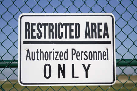 �rea Restringida - Sólo Personal Autorizado - Publicado firmar fuera de un aeropuerto.  Foto de archivo - 432695