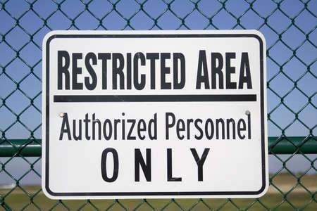 Área Restringida - Sólo Personal Autorizado - Publicado firmar fuera de un aeropuerto.  Foto de archivo - 432695