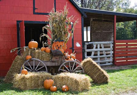 carreta madera: Un granero rojo decorado de oto�o y halloween y gracias. Foto de archivo