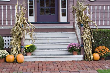 프론트 베란다 계단이 가을 시즌에 장식되어 있습니다.
