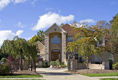 mediaan: Een fantastisch mooie Amerikaanse huis omringd mijn een goed gemanicuurde en aangelegde tuin in het vroege najaar. Stockfoto