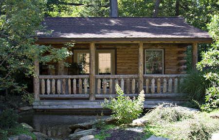 caba�a: Un diario de cabina de origen en el bosque. Pond delante - mucho camino arbolado.  Foto de archivo