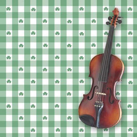 saint patty: Un violino (violino), su uno sfondo trifoglio gingham digitale. Tutti gli elementi e le spazzole creato da Denise Kappa  Archivio Fotografico