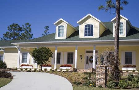 mediaan: Een Amerikaanse residentiële buitenwijk home - traditionele stijl met veranda en bloem dozen.