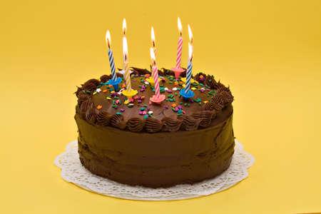 velas de cumplea�os: Una parte pastel celebrando un aniversario o cumplea�os.