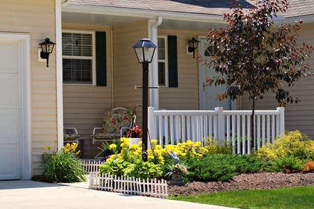 cerca blanca: Una muy aseada la casa o apartamento peque�o con una cerca blanca.