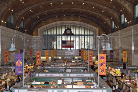 carnes y verduras: El hist�rico Cleveland, Ohio West Side de mercado en un concurrido s�bado por la tarde.