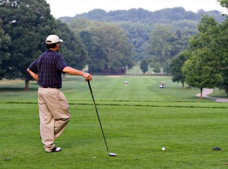 Golfer wachten op de fairway te wissen, zodat hij kan zijn rijden van de tee box. Stockfoto - 1357638