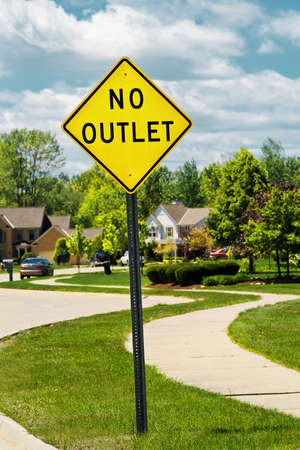 A sign in a nice suburban neigborhood alerts that there is no outlet. Imagens