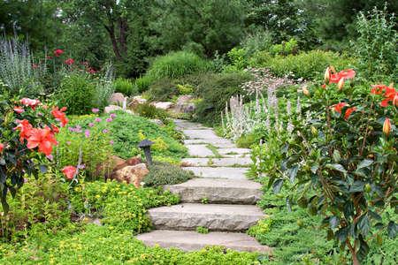 Een prachtige natuur pad door een tuin. Stockfoto