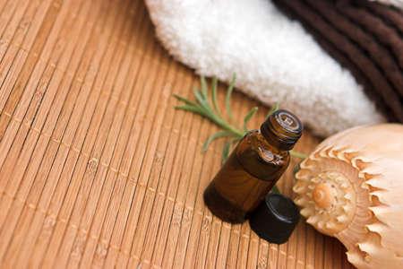 Aromatherapy oil, seashell & towels... Standard-Bild