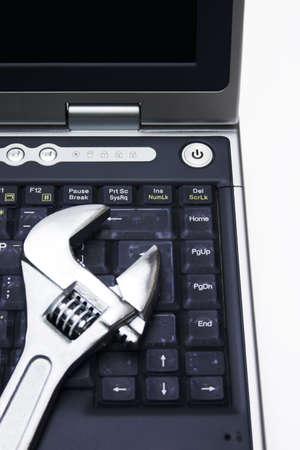 Laptoptastatur mit einem justierbaren Schlüssel auf die Oberseite - Computerreparaturkonzept Standard-Bild - 706974