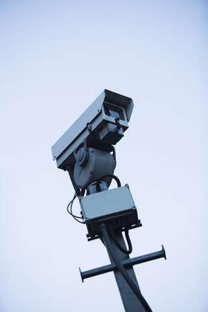 mounted: CCTV-camera gemonteerd op een paal - bewust stark beeld Stockfoto