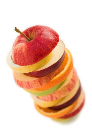 Stapel von Scheiben geschnittenen Früchten, Orangen-, Apfel und Zitrone - isoliert auf weißem Standard-Bild - 2557192