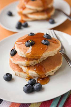 Blueberries & pancakes with maple syrup Standard-Bild
