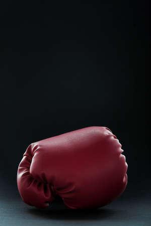 Red boxing gloves on black Standard-Bild