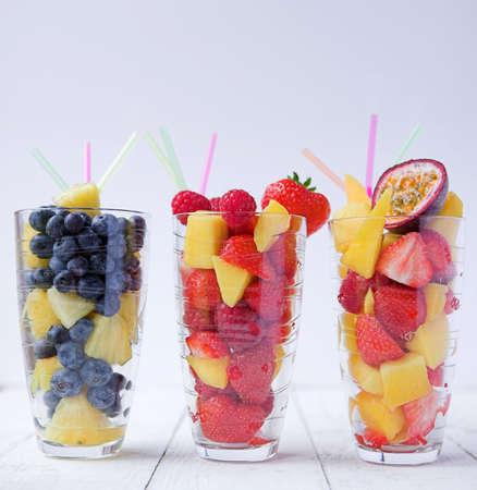 licuados de frutas: Batidos de frutas de verano - dof superficial Foto de archivo