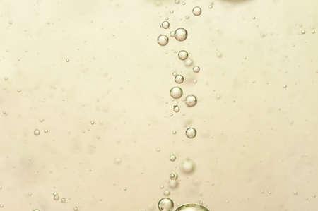 vasos de agua: Gas de peque�as burbujas en un champagn oro