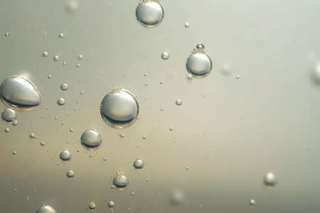 물 표면으로 상승 아름다운 공기
