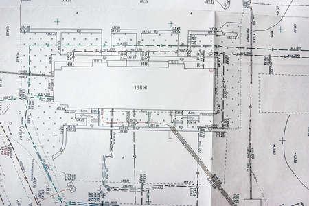 plano topográfico de la zona, ubicación de edificaciones y comunicaciones en el terreno