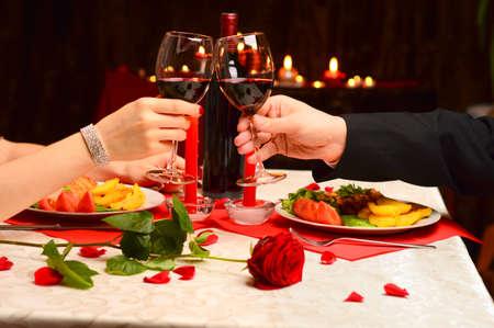 parejas romanticas: brindis en una cena romántica