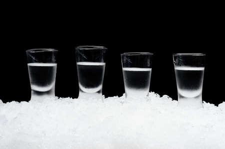 Close-up Blick auf Gläser Wodka auf Eis auf schwarzem Hintergrund
