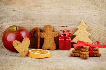 comida: Navidad diversas galletas de jengibre con en superficie de madera