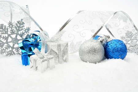 blithe: Decoraci�n de plata, piedras azules de Navidad y regalos con la cinta en la nieve en el fondo blanco