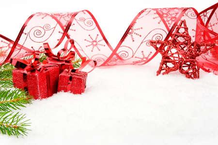 branche sapin noel: D�coration de No�l rouge sur la neige avec l'�toile rouge, branche d'arbre de no�l sur blanc Banque d'images