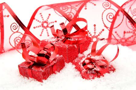 blithe: Decoraci�n de regalos de Navidad rojo con la cinta en la nieve en el fondo blanco