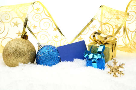 blithe: Decoraci�n de adornos y regalos de navidad de oro y azul con la cinta con tarjeta de deseos sobre fondo blanco nieve