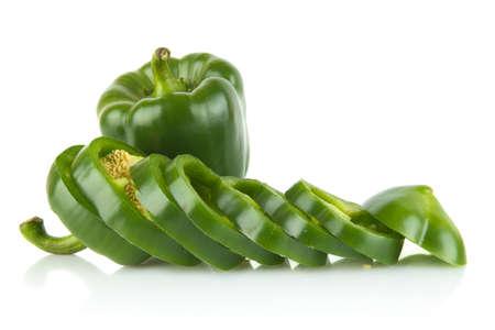 esplicito: Studio shot di fette di peperoni verdi isolato su sfondo bianco