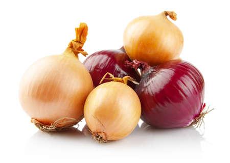 cebolla blanca: Las cebollas y cebollas rojas aisladas sobre fondo blanco Foto de archivo