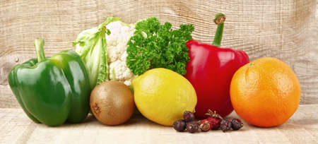 nutrientes: Grupo de los nutrientes llenas de vitamina C en tabl�n de madera Foto de archivo