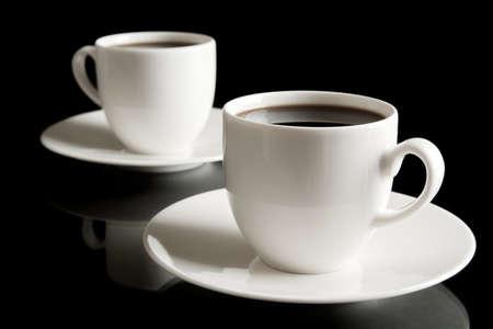 tazas de cafe: Tazas de caf� y platillo aislados en negro
