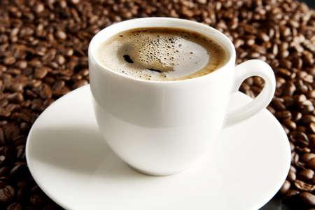 frothy: Macro studio shot of frothy black coffee, plenty of coffee beans view at breakfast Archivio Fotografico