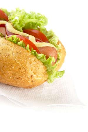 servilleta de papel: perro caliente recortada con los ingredientes en la servilleta en el fondo blanco Foto de archivo