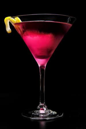 Cocktail cosmopolita rosa isolato su sfondo nero