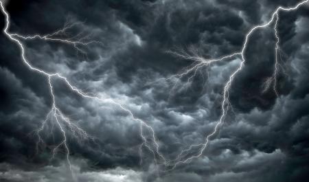 Dunkle, bedrohliche Wolken regen und Blitz