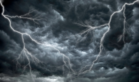 rayo electrico: Las nubes oscuras, la lluvia y los relámpagos siniestros Foto de archivo
