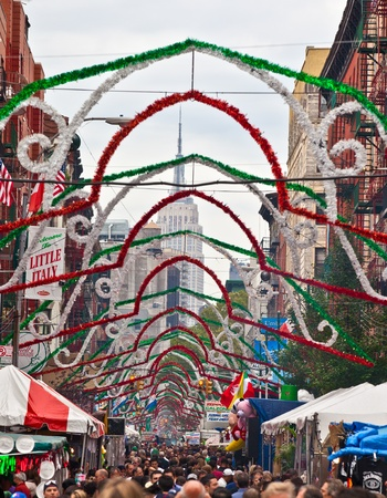 högtider: NEW YORK, NY - SEPTEMBER 26: En vy av Little Italy på Mulberry Street Durin den årliga högtiden San Gennaro den 26 september 2010 i New York City. Festen är New York City